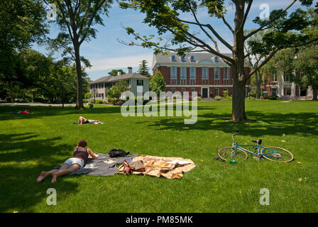 Students relaxing in Radcliffe Yard, Harvard University, Cambridge, Boston, Middlesex County, Massachusetts, USA - Stock Photo