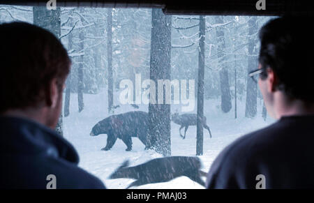 DAMIAN LEWIS and JASON LEE watch the mysterious animal exodus in Castle Rock Entertainment's and Village Roadshow Pictures' supernatural thriller 'Dreamcatcher,' distributed by Warner Bros. Pictures. 2003 - Stock Photo