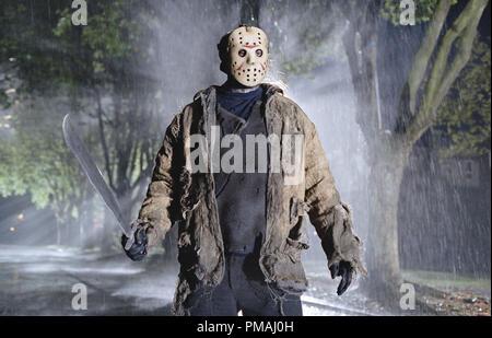 Jason (Ken Kirzinger) prepares for battle in New Line Cinema's ultimate showdown, FREDDY VS. JASON. 2003 - Stock Photo