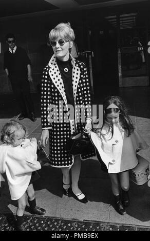 Petula Clark with her daughters, 1966© JRC /The Hollywood Archive - All Rights Reserved File Reference # 32557 739THA - Stock Photo