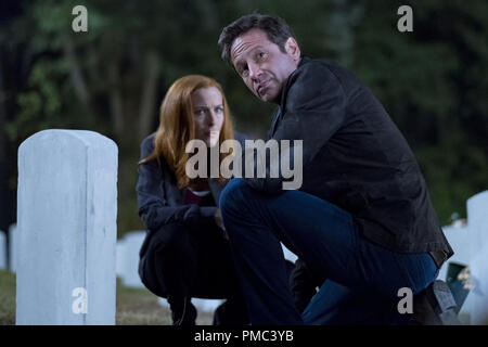 THE X-FILES:  L-R:  Gillian Anderson and David Duchovny in the 'This' episode of THE X-FILES on Fox. © 2018 Fox Broadcasting Co. Cr:  Robert Falconer/Fox - Stock Photo