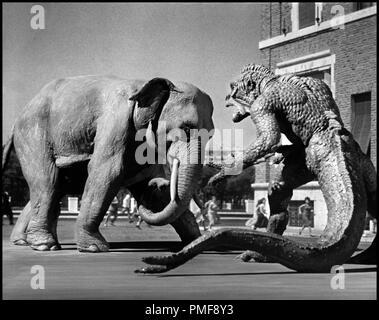 Prod DB © Morningside Movies / DR A DES MILLIONS DE KILOMETRES DE LA TERRE (20 MILLION MILES TO EARTH)  de Nathan Juran 1957 USA science-fiction, serie B, monstre, dinosaure, ridicule, effets speciaux, elephant, combat autres titres: The Beast from Space The Giant Ymir - Stock Photo