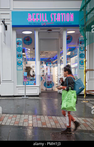 Dundee, Scotland. UK Weather 18/09/2018.  Rainy start to the day in the city centre with heavy rain forecast for later in the day.  Credit; MediaWorldImages/AlamyLiveNews - Stock Photo