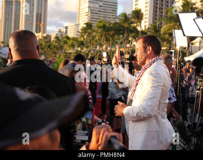September 16, 2018 - Alex O'Loughlin waves to fans from the red carpet during the Hawaii Five-O and Magnum P.I. Sunset On The Beach event on Waikiki Beach in Honolulu, Hawaii - Michael Sullivan/CSM - Stock Photo