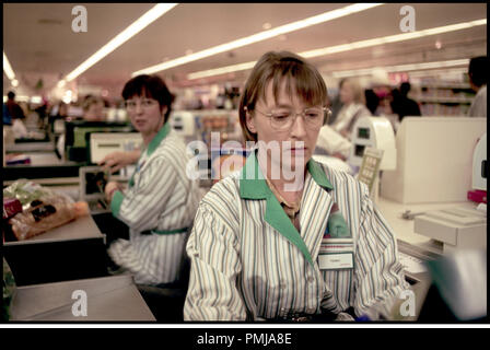 Prod DB © United Artists / DR ALL OR NOTHING de Mike Leigh 2002 USA avec Lesley Manville caissiere - Stock Photo