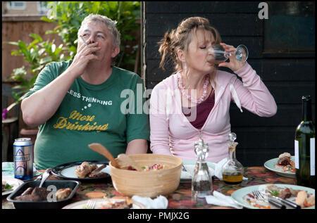 Prod DB © Film4 - Focus Features - Thin Man Films / DR ANOTHER YEAR de Mike Leigh 2010 GB avec Peter Wight et Lesley Manville repas, fumer, cigarette, canette de biere, verre de vin blanc - Stock Photo