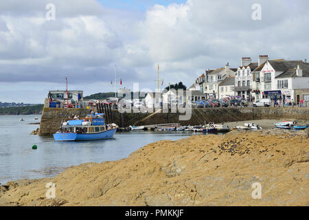 The Falmouth ferry arriving at the seaside village of St Mawes on the Roseland Peninsula on the Cornish coast near Falmouth, Cornwall, England, UK. - Stock Photo