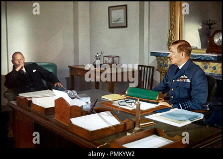 Prod DB © Spitfire / DR LA BATAILLE D'ANGLETERRE (BATTLE OF BRITAIN) de Guy Hamilton 1969 GB avec Harry Andrews et Laurence Olivier WW-2, guerre 1939-45, officier, militaire, bureau, uniforme, historique, Air Chief Marshal Sir Hugh Dowding d'apres le livre The Narrow Margin de Derek Wood et Derek Dempster - Stock Photo
