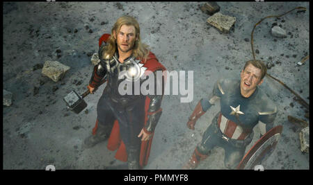 Prod DB © Marvel Studios / DR AVENGERS (THE AVENGERS) de Joss Whedon 2012 USA avec Chris Hemsworth et Chris Evans super héros, action, fantastique, Thor, Captain America, marteau - Stock Photo