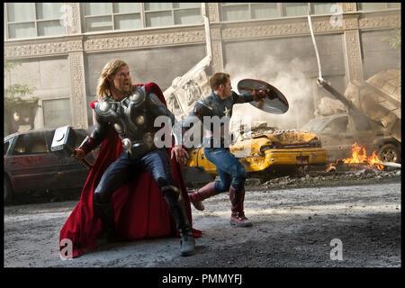 Prod DB © Marvel Studios / DR AVENGERS (THE AVENGERS) de Joss Whedon 2012 USA avec Chris Hemsworth et Chris Evans super héros, action, fantastique, Thor, captain america - Stock Photo
