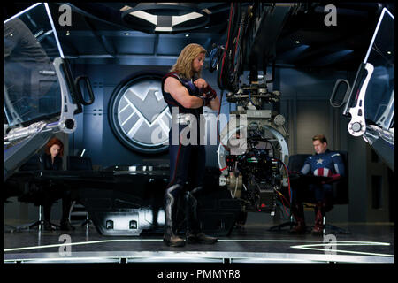 Prod DB © Marvel Studios / DR AVENGERS (THE AVENGERS) de Joss Whedon 2012 USA avec Scarlett Johansson, Chris Hemsworth et Chris Evans sur le tournage - Stock Photo