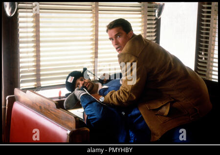 Prod DB © 20 TH Century / DR LA COURSE AU JOUET (JINGLE ALL THE WAY) de Brian Levant 1996 USA avec Sinbad et Arnold Schwarzenegger  menacer, telephone, - Stock Photo