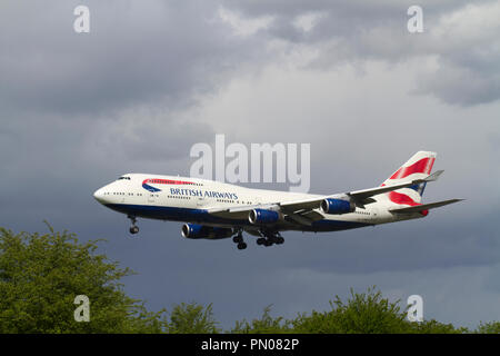 A British Airways Boeing 747-436 aircraft landing at London Heathrow. - Stock Photo