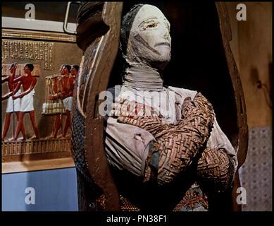 Prod DB © Hammer / DR DANS LES GRIFFES DE LA MOMIE (THE MUMMY'S SHROUD) de John Gilling 1967 GB avec Eddie Powell sarcophage, cercueil, - Stock Photo