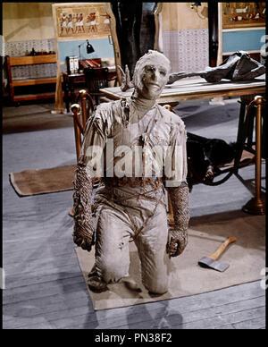 Prod DB © Hammer / DR DANS LES GRIFFES DE LA MOMIE (THE MUMMY'S SHROUD) de John Gilling 1967 GB avec Eddie Powell  hache, mort-vivant - Stock Photo