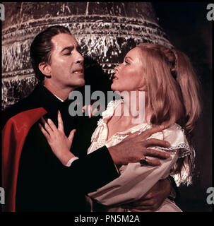 Prod DB © Hammer Film / DR DRACULA ET LES FEMMES (DRACULA HAS RISEN FROM THE GRAVE) de Freddie Francis 1968 GB avec Christopher Lee et Veronica Carlson vampire, sŽducteur, cape, dents, bague Hammer Production d'aprÂs le personnage de Bram Stocker - Stock Photo