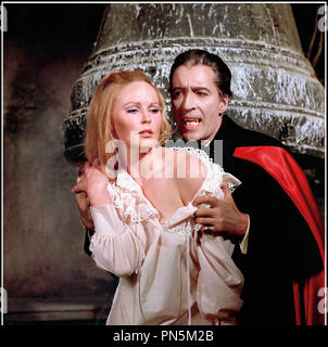 Prod DB © Hammer Production / DR DRACULA ET LES FEMMES (DRACULA HAS RISEN FROM THE GRAVE) de Freddie Francis 1968 GB avec Veronica Carlson et Christopher Lee vampire, seducteur, cape, dents, bague d'apres le personnage de Bram Stocker - Stock Photo