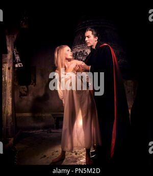 Prod DB © Hammer Production / DR DRACULA ET LES FEMMES (DRACULA HAS RISEN FROM THE GRAVE) de Freddie Francis 1968 GB avec Veronica Carlson et Christopher Lee  vampire, sŽducteur, cape, dents, bague d'aprÂs le personnage de Bram Stocker - Stock Photo