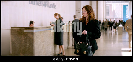 Prod DB © Relativity Media - Universal Pictures / DR DUPLICITY de Tony Gilroy 2009 USA/ALL. avec Julia Roberts - Stock Photo