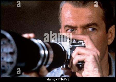 Prod DB © Paramount / DR  FENETRE SUR COUR (REAR WINDOW) de Alfred Hitchcock 1954 USA  avec James Stewart  voyeurisme, appareil photographique, paparazzi, zoom  d'apres Cornell Woolrich  classique - Stock Photo