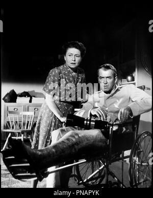 Prod DB © Paramount / DR FENETRE SUR COUR (REAR WINDOW) de Alfred Hitchcock 1954 USA avec Thelma Ritter et James Stewart  voyeurisme, appareil photographique, invalide, pyjama, trio d'apres Cornell Woolric - Stock Photo