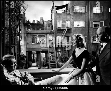 Prod DB © Paramount / DR FENETRE SUR COUR (REAR WINDOW) de Alfred Hitchcock 1954 USA tournage avec James Stewart, Grace Kelly et Alfred Hitchcock decor, elegance feminine d'apres Cornell Woolrich classique - Stock Photo