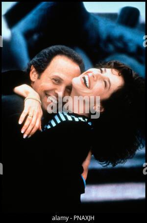 Prod DB © Castle Rock  / DR FORGET PARIS (FORGET PARIS) de Billy Crystal 1995 USA avec Billy Crystal et  Debra Winger couple, joie, - Stock Photo