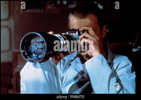 Prod DB © Paramount / DR  FENETRE SUR COUR (REAR WINDOW) de Alfred Hitchcock 1954 USA  avec James Stewart  voyeurisme, appareil photographique, paparazzi, zoom, invalide, pyjama d'apres Cornell Woolrich  classique - Stock Photo