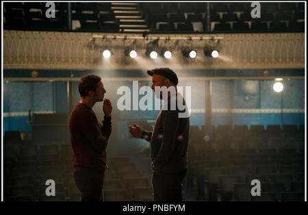 Prod DB © Eon Productions - Synchronistic Pictures / DR FILM STARS DON'T DIE IN LIVERPOOL de Paul McGuigan 2017 GB avec Jamie Bell et Paul McGuigan sur le tournage - Stock Photo