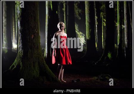 Prod DB © K. Yu - NGN Productions - Prospect Park - Final Girl Productions / DR FINAL GIRL: LA DERNIERE PROIE (FINAL GIRL) de Tyler Shields 2015 CAN./USA avec Abigail Breslin ambiance, foret, robe rouge - Stock Photo