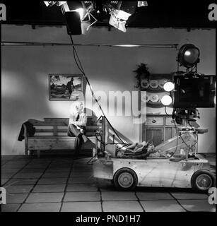 Prod DB © Palladium Film- DFI / DR GERTRUD de Carl Th. Dreyer (Carl Theodor Dreyer) 1964 DAN avec Carl Theodor Dreyer sur le tournage chariot, dolly, projecteur - Stock Photo