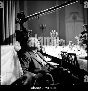 Prod DB © Palladium Film- DFI / DR GERTRUD de Carl Th. Dreyer (Carl Theodor Dreyer) 1964 DAN avec Carl Theodor Dreyer sur le tournage micro - Stock Photo