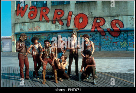 Prod DB © Paramount Pictures / DR LES GUERRIERS DE LA NUIT (THE WARRIORS) de Walter Hill 1979 USA avec Dorsey Wright, Marcelino Sanchez, David Harris, Tom McKitterick, Terry Michos, James Remar (a genoux), Michael Beck, Thomas G. Waites et Brian Tyler action, gang, graffiti, tag d'apres le roman de Sol Yurick - Stock Photo