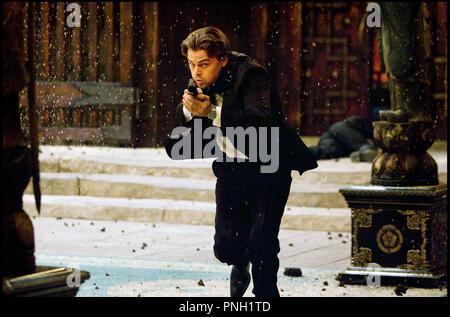 Prod DB © Warner Bros. Pictures - Legendary Pictures / DR INCEPTION de Christopher Nolan 2010 USA avec Leonardo DiCaprio braquer, pistolet - Stock Photo