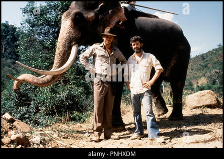 Prod DB © Lucasfilm / DR INDIANA JONES ET LE TEMPLE MAUDIT (INDIANA JONES AND THE TEMPLE OF DOOM) de Steven Spielberg 1984 USA avec Harrison Ford et George Lucas sur le tournage - Stock Photo