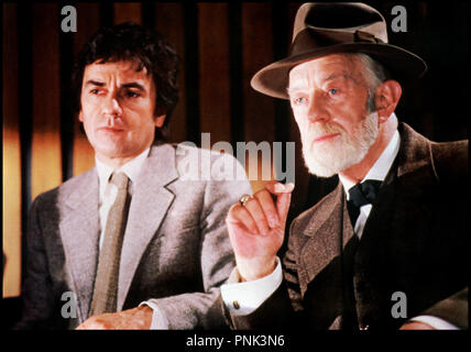 Prod DB © The Ladd Company / DR LOVESICK (LOVESICK) de Marshall Brickman 1983 USA avec Dudley Moore et Alec Guinness Sigmund Freud, grand pere, chapeau - Stock Photo