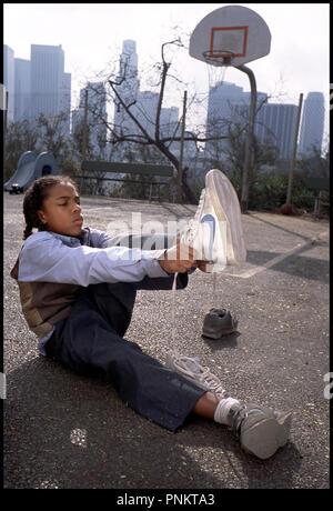 Prod DB ©Ê20th Century Fox - NBA Entertainment / DR LIKE MIKE de John Schultz 2002 USA avec Lil Bow Wow essayer chaussures, baskets, tennis - Stock Photo