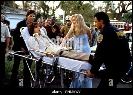 Prod DB © 20 th Century Fox / DR MARY A TOUT PRIX (THERE'S SOMETHING ABOUT MARY) de Bobby et Peter Farrelly 1998 USA avec Ben Stiller et Cameron Diaz  accident, secours, brancardiers, malade, malaise - Stock Photo