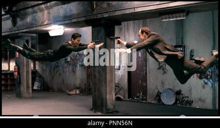Prod DB © Silver Pictures / DR MATRIX (THE MATRIX) de Andy et Larry Wachowski 1999 USA avec Keanu Reeves et Hugo Weaving flotter, apesanteur, voler, virtuel, décoller - Stock Photo