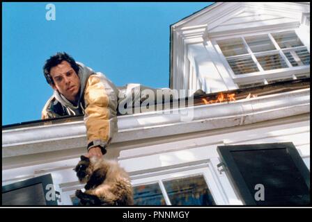 Prod DB © Universal / DR MON BEAU-PERE ET MOI (MEET THE PARENTS) de Jay Roach 2000 USA avec Ben Stiller sauver, chat, equilibre, cascade, incendie, - Stock Photo