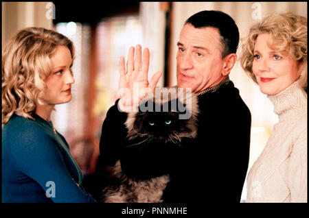 Prod DB © Universal / DR MON BEAU-PERE ET MOI (MEET THE PARENTS) de Jay Roach 2000 USA avec Teri Polo, Robert De Niro et Blythe Danner chat, famille, saluer de la main, au revoir - Stock Photo