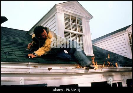 Prod DB © Universal / DR MON BEAU-PERE ET MOI (MEET THE PARENTS) de Jay Roach 2000 USA avec Ben Stiller toit, incendie, feu, gaffe - Stock Photo