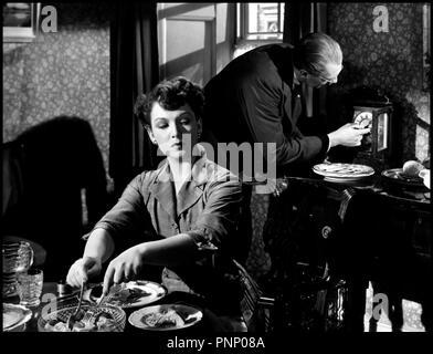 Prod DB © Rank Organization  / DR L'OMBRE D'UN HOMME (THE BROWNING VERSION) de Anthony Asquith 1951 GB avec Jean Kent et Michael Redgrave repas, table, horloge d'apres la piece de Terence Rattigan - Stock Photo