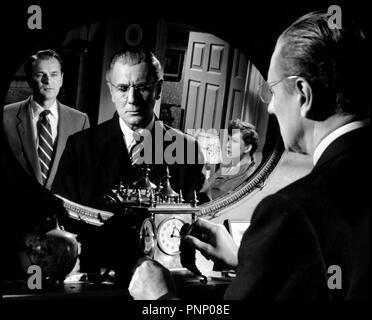 Prod DB © Rank Organization  / DR L'OMBRE D'UN HOMME (THE BROWNING VERSION) de Anthony Asquith 1951 GB avec Nigel Patrick, Michael Redgrave et Jean Kent miroir, horloge, montre, remonter le temps d'apres la piece de Terence Rattigan - Stock Photo
