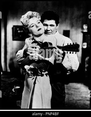 Prod DB © AIP / DR MITRAILLETTE KELLY (MACHINE-GUN KELLY) de Roger Corman 1958 USA avec Barboura Morris et Charles Bronson 30's, gangster, arme, guitare, musique, apprendre, - Stock Photo