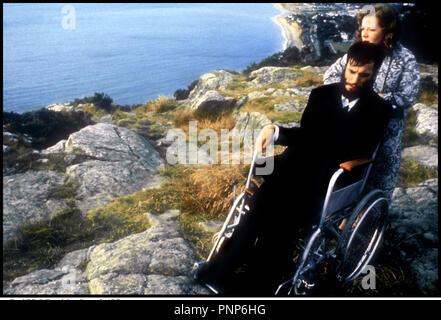 Prod DB © Ferndale - Granada / DR MY LEFT FOOT (MY LEFT FOOT) de Jim Sheridan 1989 GB / IRL avec Daniel Day-Lewis et Ruth McCabe d'aprs le roman de Christy Brown - Stock Photo