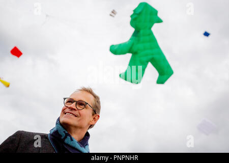 Berlin, Germany. 22 September 2018, Berlin: Michael Mueller (SPD), governing mayor of Berlin, smiling at the festival of giant kites of the housing association Stadt und Land on the Tempelhofer Feld. Behind him flies a kite in the shape of a traffic light man in the air. Kite aficionados from all over Europe show their up to 20 meters high and about 50 meters long kites. Photo: Christoph Soeder/dpa Credit: dpa picture alliance/Alamy Live News - Stock Photo