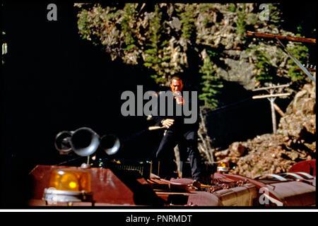 Prod DB © Warner Bros / DR PIEGE A GRANDE VITESSE (UNDER SIEGE 2: DARK TERRITORY) de Geoff Murphy 1995 USA avec Steven Seagal debout, train, cascade, acrobatie, equilibre - Stock Photo