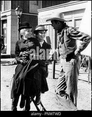 Prod DB © Universal / DR RANCHO BRAVO (THE RARE BREED) de Andrew V. McLaglen 1966 USA Avec Juliet Mills, Maureen O'Hara et James Stewart sur le tournage western, - Stock Photo