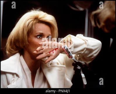 Prod DB © Filmways Pict. /DR PULSIONS (DRESSED TO KILL) de Brian de Palma 1980 USA avec Angie Dickinson et Michael Caine agression, angoisse, rasoir, entaille, sanglant - Stock Photo